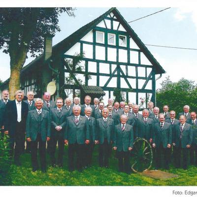 Im Jahr 2012 wurde der Wiedbachtaler Männerchor  100 Jahre alt. Der vierfache Meisterchor gehörte viele   Jahre zu den besten Männerchören im Kreis Altenkirchen.  Das Foto entstand anlässlich des 90-jährigen Jubiläums  im Jahr 2002 vor einem schönen Fachwerkhaus im   Ortsteil Niederölfen.